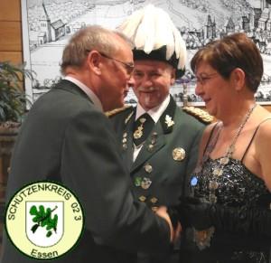 Werner Fischer (Kreisvorsitzender) gratuliert Barbara Rentenatus (2 v.l. Siegmund Rentenatus)